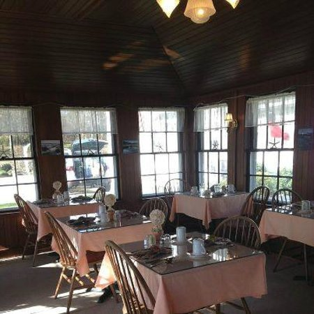 The Old Manse Inn: Yummy Breakfasts served in this sun-filled room