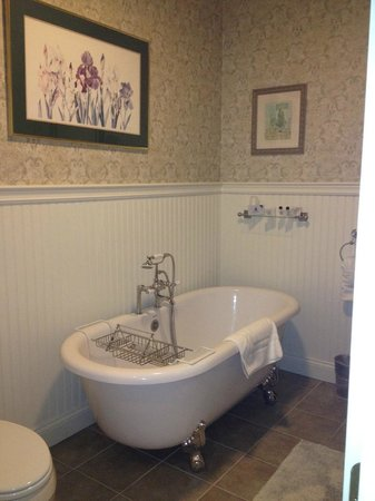 The Old Manse Inn: Modern two person claw foot soaking tub