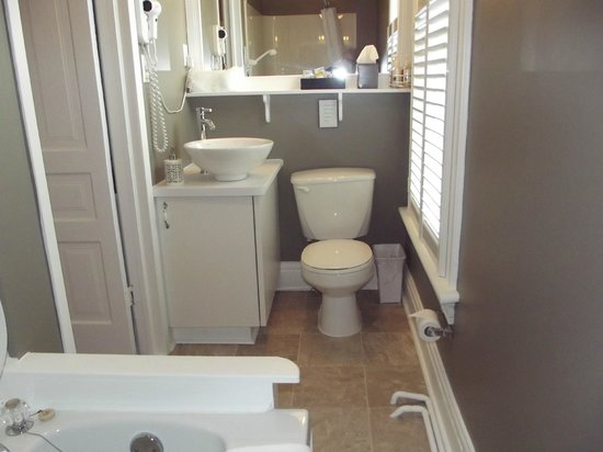 Colborne Bed and Breakfast: Anderson ensuite with whirlpool tub/shower combination
