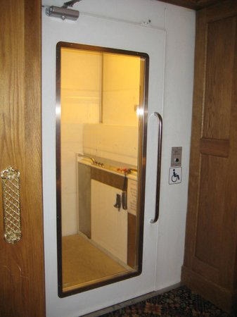 Scholars Townhouse Hotel : crazy freight elevator