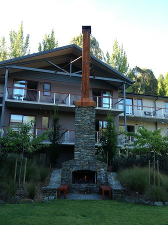 Shotover Lodge: Centre of the property has a great fireplace!