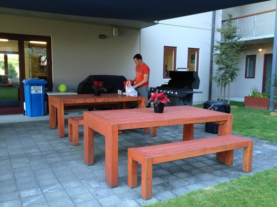 Shotover Lodge: Centre of the property: great undercover bbq area (more tables than shown in photo)