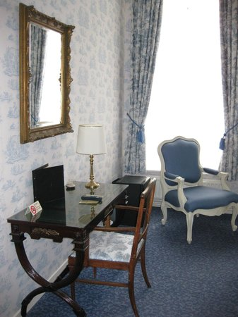 Sitting and and desk in a double room at Hotel Patritius.