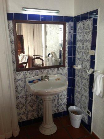 La Mariposa Hotel: pedestal sink