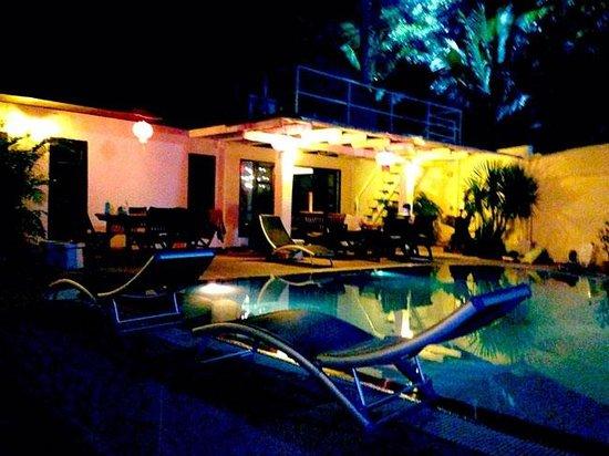 Phuket Gay Homestay - Neramit Hill: Night by the swimming pool