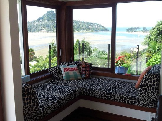 Sunlover Retreat: Snuggle up on the window seat