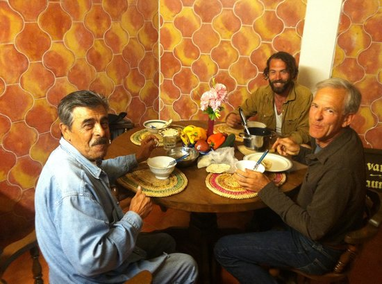 Hostal Casas Loreto : Able sharing his beans and salsa verde with guests in the common kitchen