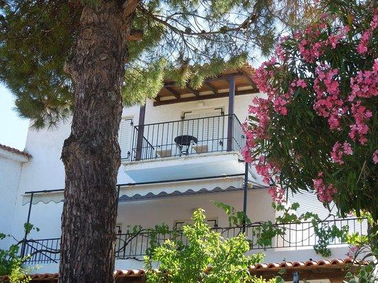 Villa Elpiniki: Beautiful gardens surround the property.