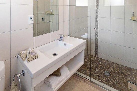 Oceanside Motel Whitianga: Deluxe Bathroom