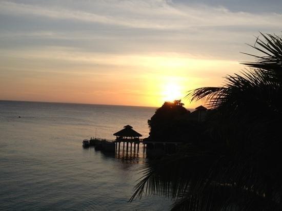 แชงกรี ลา โบราเคย์ รีสอร์ท&สปา: vista dalla stanza al tramonto