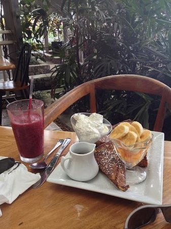 Holuakoa Cafe & Gardens: French toast and luscious berry smoothly