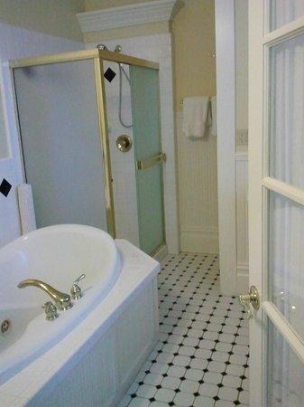 Healdsburg Inn - A Four Sisters Inn: bathroom