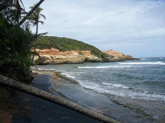 Calibishie Cove: A nearby cove at Red Rocks.