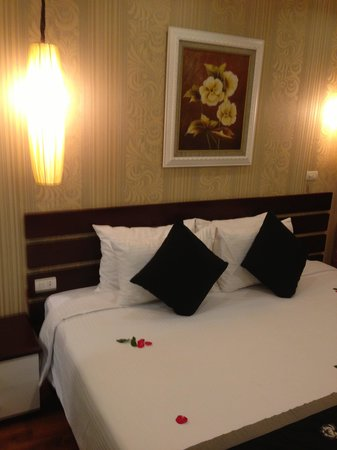 Art Hotel: King bed but 2 bed adjoin together