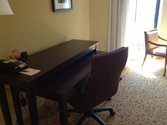 Savannah Marriott Riverfront: desk in suite