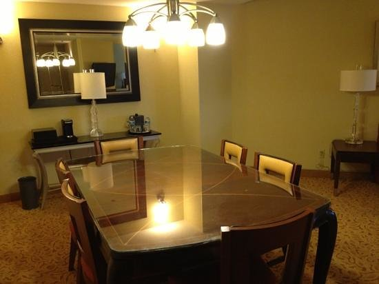 Marriott Savannah Riverfront: table in suite