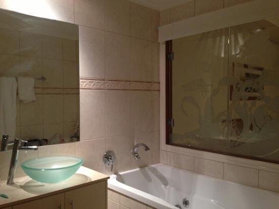 เบลเลวูแอดทรินิตี้บีช: master bedroom's bathroom