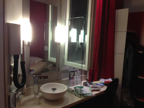 Ibis Styles Hôtel Paris Gare du Nord TGV: the room