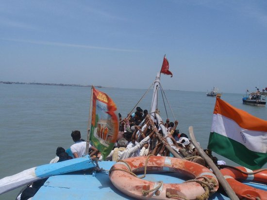 Beyt Dwarka Beach : Ferry loaded with people