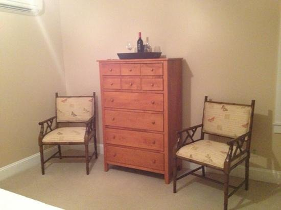 Dahlonega Spa Resort: dresser with chairs, main inn room