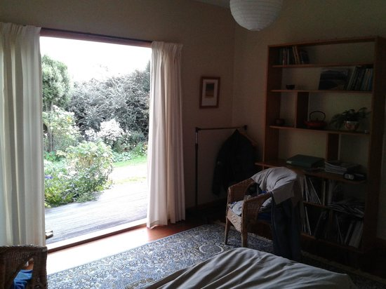 Featherstone B&B: Looking out to garden from bedroom