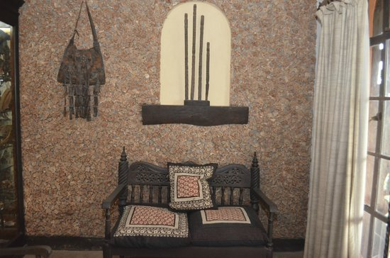 African Heritage House: Lama wall and art
