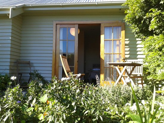 Featherstone B&B : Garden patio with private entrance to room.