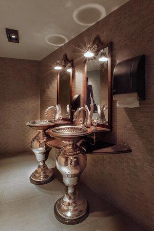 Hotel Dux: Women's Bathroom