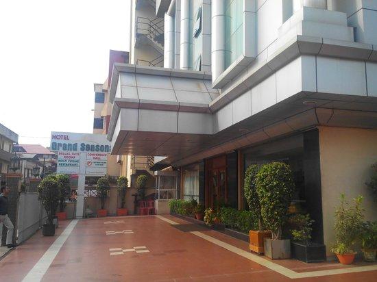 Hotel Grand Seasons: Hotel exterior
