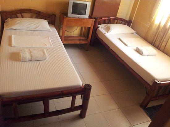 La Maria Pension & Tourist Inn Hotel : twin bed