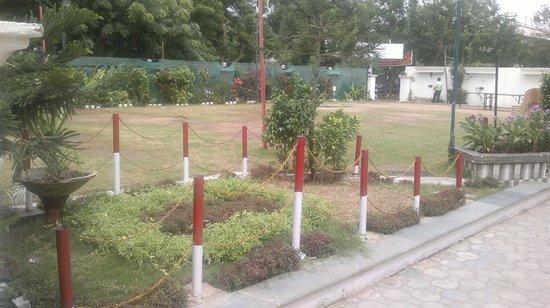 Hotel Madhuban: GARDEN AT FRONT