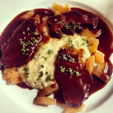Romantik Hotel Tuchmacher: in Rotweinsoße geschmorte Rinderbäckchen mit Polenta und Steckrüben