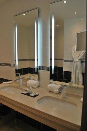 Kyriad Prestige & Spa Lyon Est - Saint Priest Eurexpo : Salle de bain