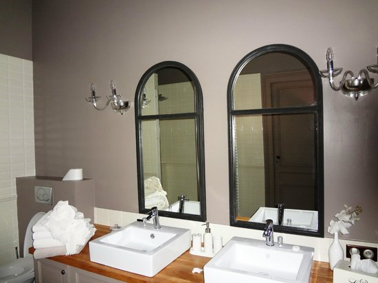 Chateau Lavergne-Dulong - Chambres d'hotes: The bathroom