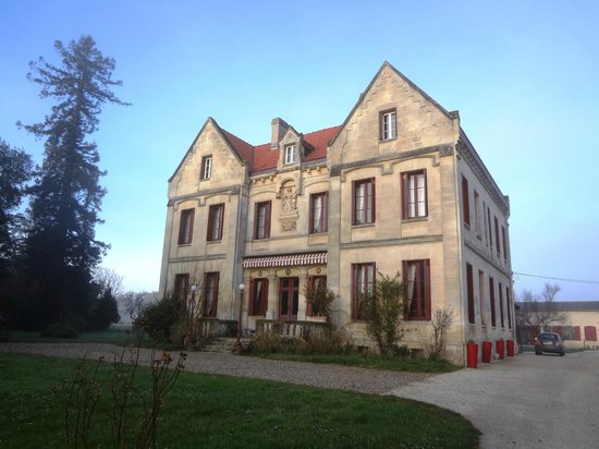 Chateau Lavergne-Dulong - Chambres d'hotes: The building