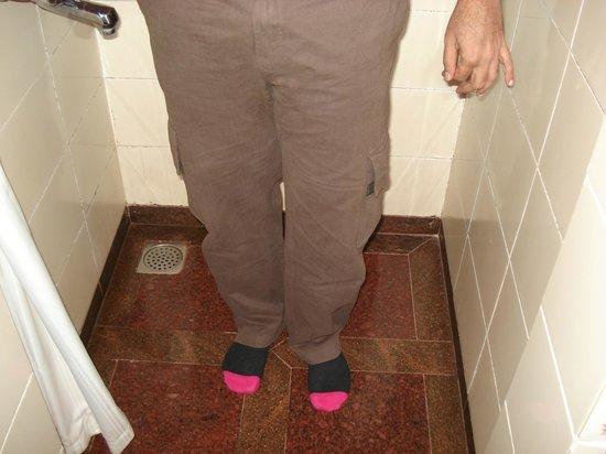 Club Mahindra Munnar: Tiny shower area