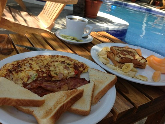 Hotel Anamar: Morning breakfast on the pool deck!