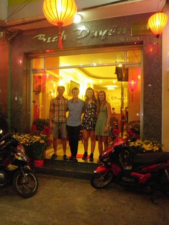 Bich Duyen Hotel: Out the front