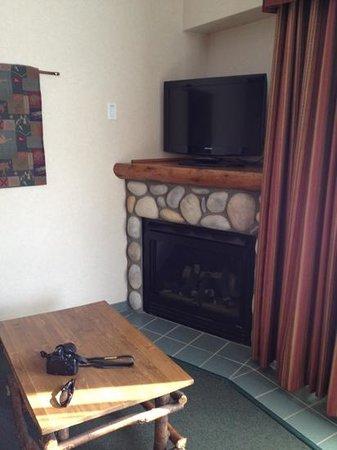 Pyramid Lake Resort : gas fireplace and tv