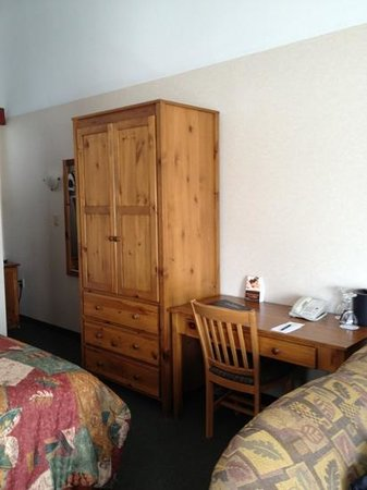 Pyramid Lake Resort: robe and desk