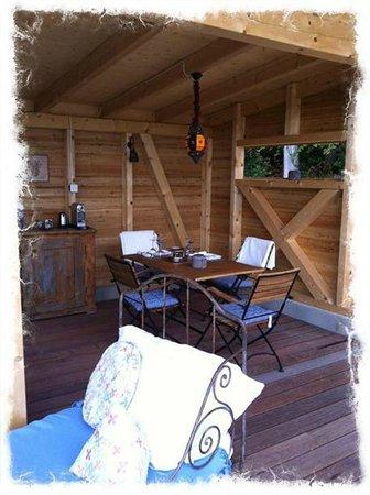 La Tourelle : The breakfast area near the pool
