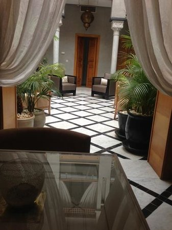 Riad l'Etoile d'Orient : Dining room looking on to courtyard
