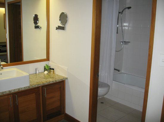 Commodore Airport Hotel, Christchurch: Room 128 bathroom area