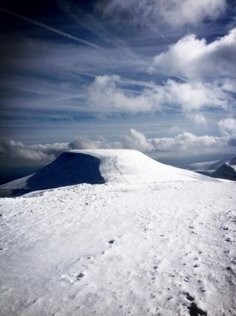 Brecon Beacons National Park, UK: View from Corn Du over to Pen-Y-Fan in the snow!!