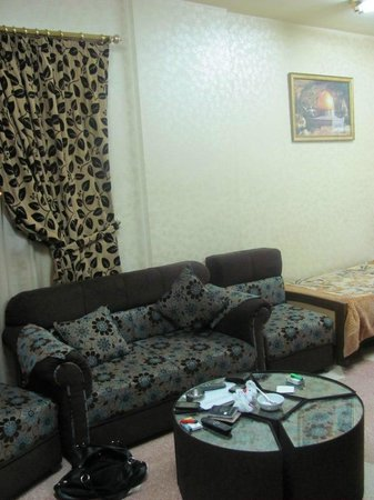 Arab Tower Hotel: Comfortable couch and living room