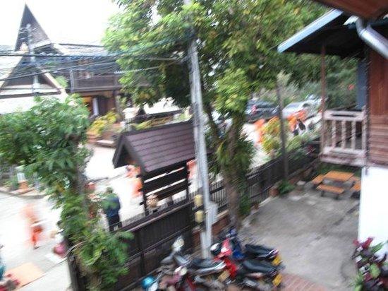 Villa Chitdara: 部屋のベランダから托鉢僧の列を写す