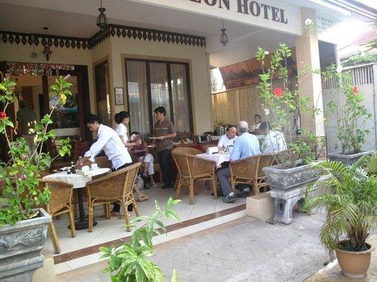 アバロン ホテル, 玄関兼朝食会場