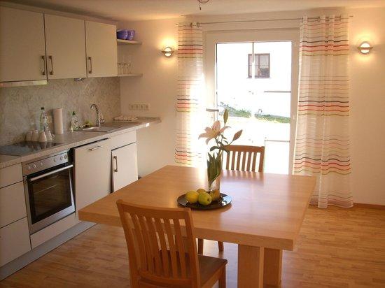 Gastehaus uber dem See: komfortable Wohnküche in der Ferienwohnung Maxi