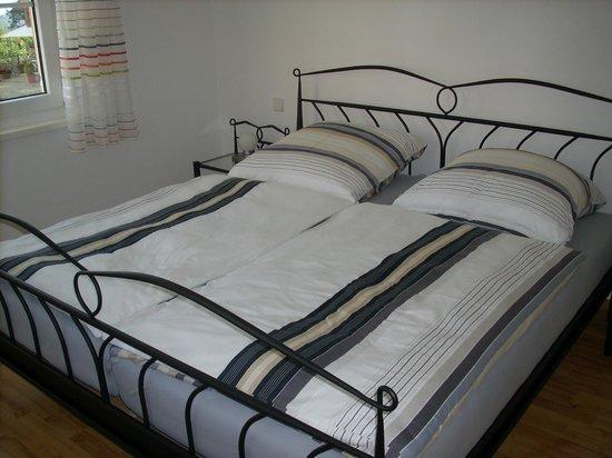 Gastehaus uber dem See: Schlafzimmer mit Doppelbett in der Ferienwohnung Maxi