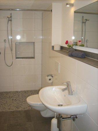 Gastehaus uber dem See: großes modernes Bad mit begehbarer Dusche in der Ferienwohnung Maxi